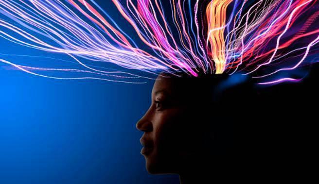 El cerebro de las mujeres funciona de forma más compleja, tienden a llevar a cabo más tareas a la vez (John Lund / Getty, para La Vanguardia)