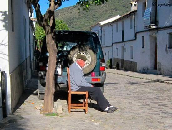 Los ancianos merecen una atención especial, es vital para ellos la radiación solar